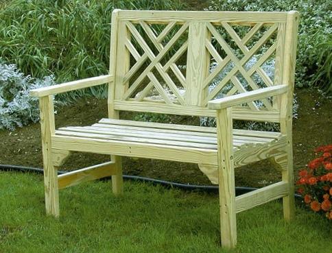 Из полученного материала сооружаем скамейку, дополняя при желании отдельными элементами декора.  К примеру, для дачи...