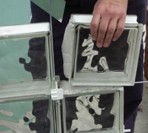 укладка стеклоблоков для перегородки