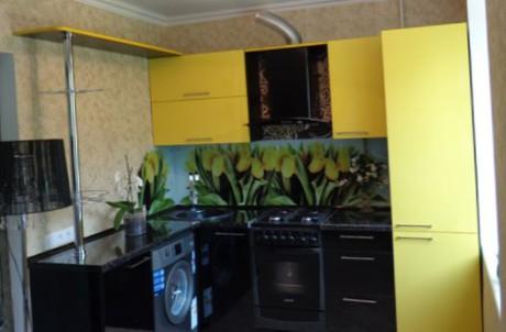интерьер кухни в черно-желтом цвете