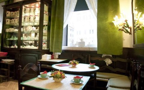 зеленый декор стен плюс коричневая мебель