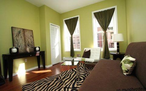 коричневая обстановка с зелеными стенами сочетание цветов