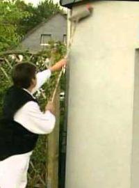 отделка стен дома фасадными обоями