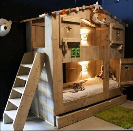 кровать-домик со спортивными снарядами